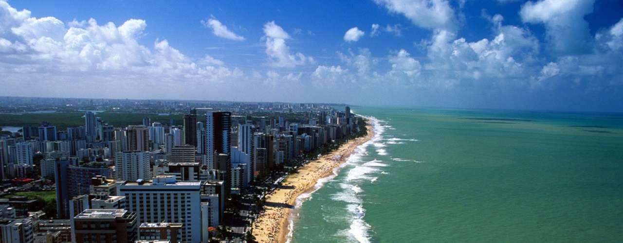 3) Boa Viagem, PE: principal praia urbana de Recife, Boa Viagem tem 7 km de extensão. Protegida por uma barreira de recifes que aparece durante a maré baixa, a praia é ponto de encontro dos habitantes da cidade em seus numerosos dias de sol. Por causa da presença de tubarões, o surfe na praia é proibido e os mergulhos são feitos apenas nas áreas indicadas