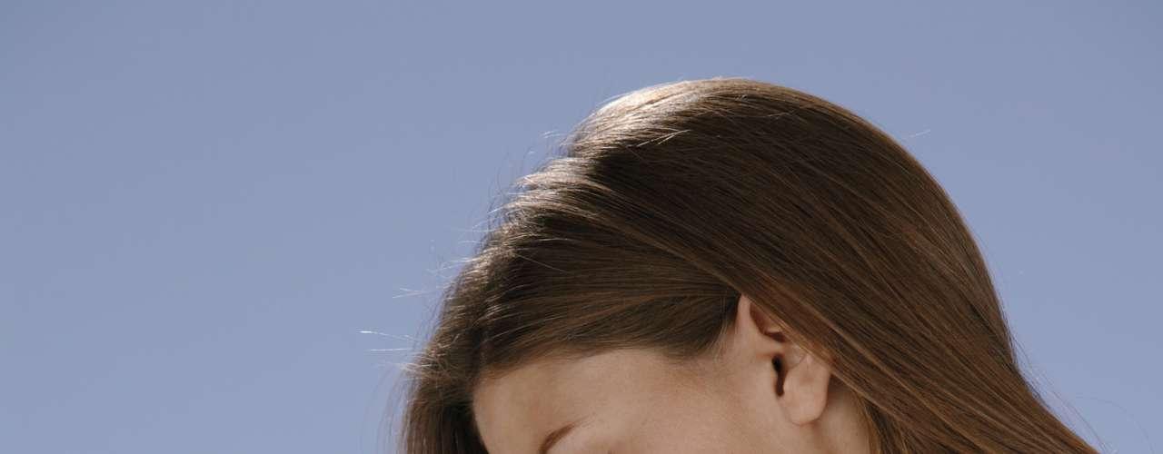 3. Escolha um creme e não loção - Aplique um hidratante em creme, mais pesado do que o em loção que se usa normalmente, na noite antes de viajar. Isso aumenta a hidratação da sua pele antes dos efeitos da estrada