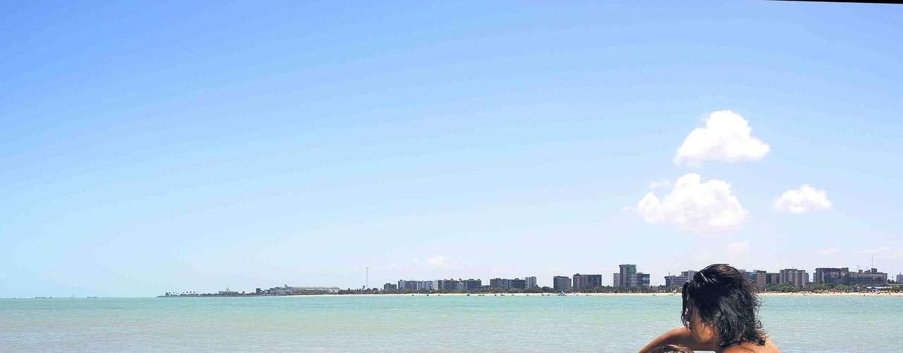 8) Pajuçara, AL: frequentada por moradores locais e turistas, a praia de Pajuçara tem belas paisagens e oferece bons pontos de mergulho. Jangadas tradicionais levam os visitantes para dar uma volta e conhecer as piscinas naturais, situadas a 2 km do litoral. Para curtir o dia na areia, a praia de Pajuçara tem bares e restaurantes, além de uma feirinha de artesanato