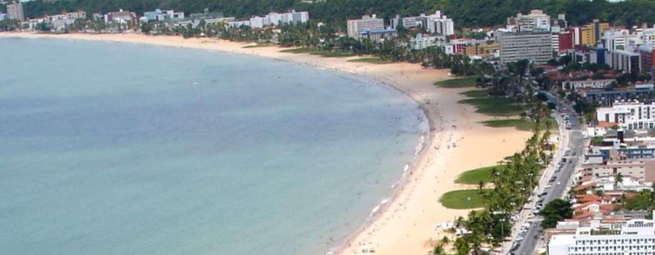 9) Tambaú, PB: a mais badalada do litoral de João Pessoa, a praia de Tambaú tem um movimento constante, com barracas e muito agito. Os habitantes da cidade aproveitam o calçadão para correr e andar de bicicleta, enquanto os turistas saem em excursões para as piscinas naturais de Picãozinho, a 700 m da costa