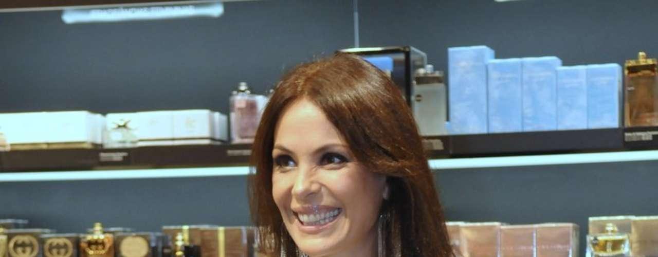 A atriz Carolina Ferraz esteve na inaguração da Sephora no shopping JK, em São Paulo, na quinta-feira (12)