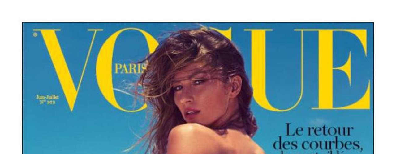 Na capa da revista, Gisele aparece de biquíni, com o bumbum sujo de areia