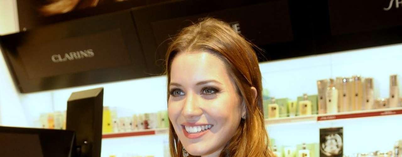 Nathalia Dill, da novela Avenida Brasil, esteve na inaguração da Sephora no shopping JK, em São Paulo, na quinta-feira (12)