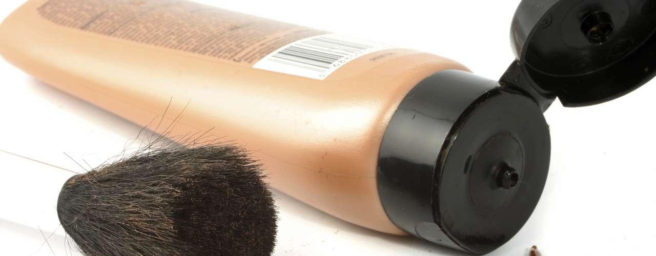 4. Invista na base mineral - Carregar uma base mineral com você vai ajudá-la a evitar que sua pele fique desidratada e disfarçar imperfeições. Dessa forma não vai precisar ficar passando diversos cremes