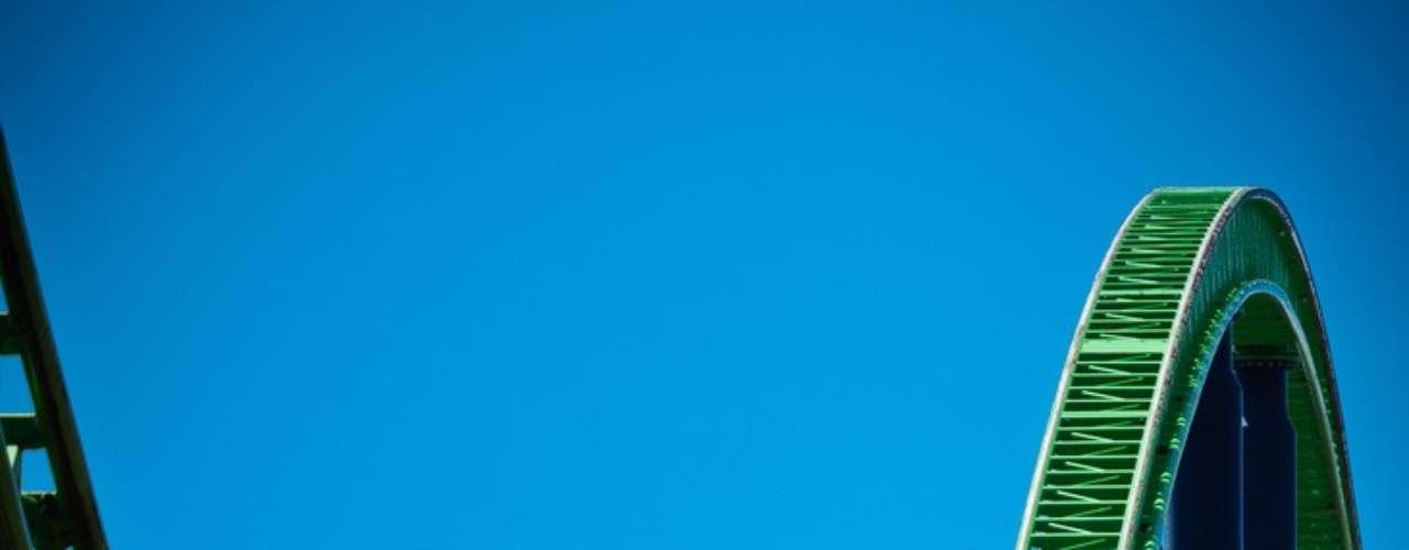 Kinda Ka, Estados Unidos - Situado em Jackson, no estado americano de Nova Jersey, o parque Six Flags Great Adventure possui a montanha-russa mais rápida dos Estados Unidos. Conhecida como Kinda Ka, chega a 206 km/h após uma subida de 90° e 139 metros de altura