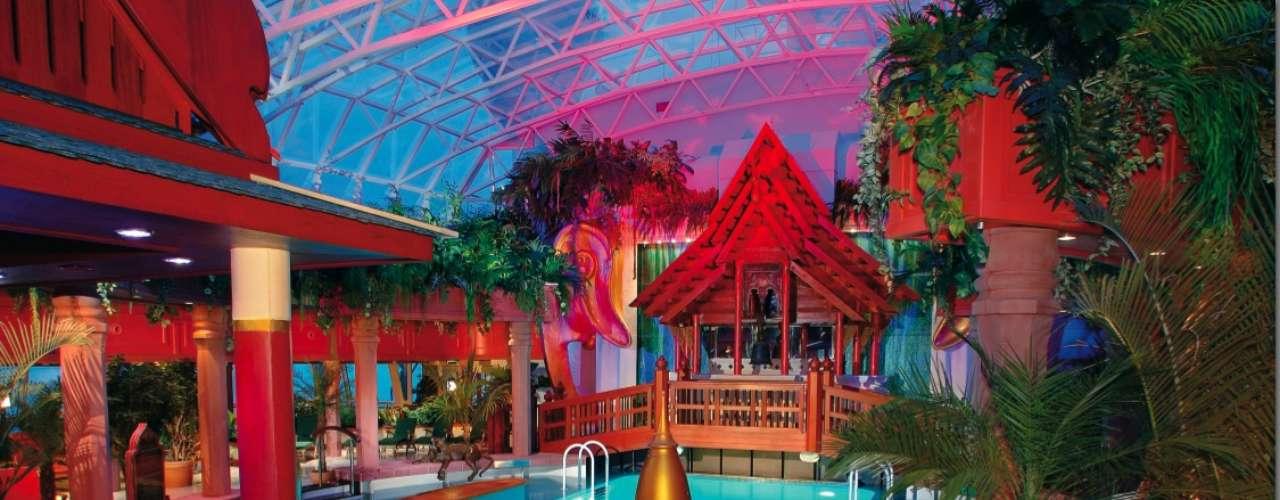 RCLs Jewel of the Seas Tampa-Cayman Islands-Playa del Carmen: mais de 1200 casais vão embarcar no Jewel of the Seas da Royal Caribbean  entre 28 de janeiro e 2 de fevereiro de 2013, para uma viagem nudista entre Tampa, na Flórida, e Playa del Carmen, no México, passando pelas Ilhas Caimã. Reservado para adultos, o cruzeiro luxuoso tem cassino, festas e eventos para a diversão de seus passageiros