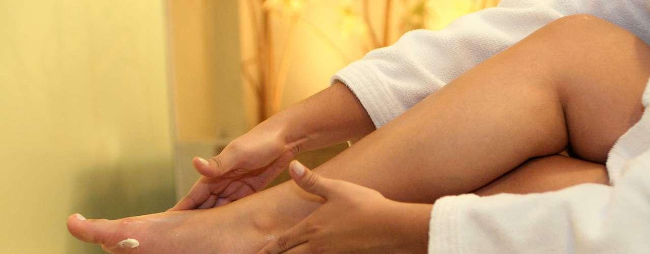 Certo: aplique o hidratante com movimentos circulares na região do calcanhar. Em seguida, vá para o peito do pé e dedos