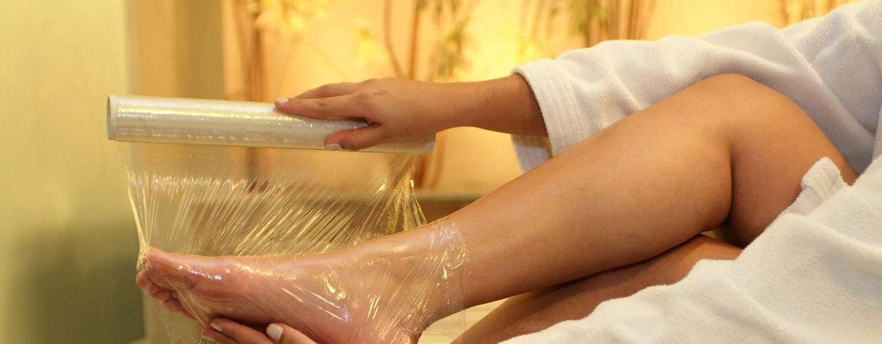 Certo: depois de aplicar creme hidratante, envolva os pés com plástico filme. O material irá aquecer a região, abrir os poros da pele e ativar a hidratação