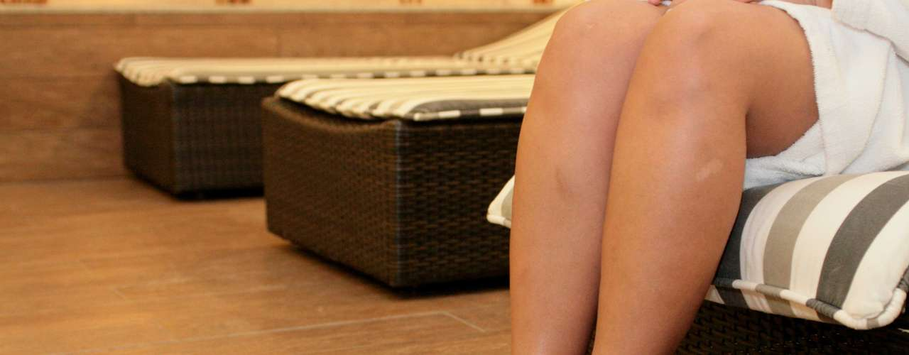 Certo: para finalizar a terapia de hidratação e garantir bons resultados, não se esqueça de calçar chinelos para manter os pés protegidos e relaxados ao longo do dia e da noite