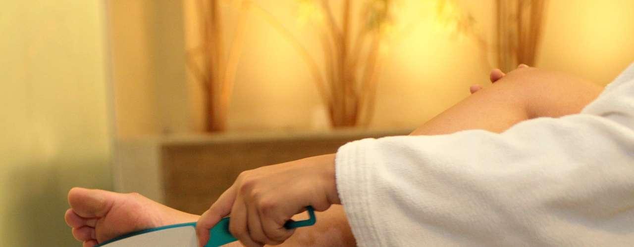 Certo: a terapia de hidratação deve começar com a esfoliação. Ela deve ser feita com lixas próprias para eliminação dos calos e da pele seca e endurecida. Mas atenção: use-as de maneira suave e breve para não agredir a cútis