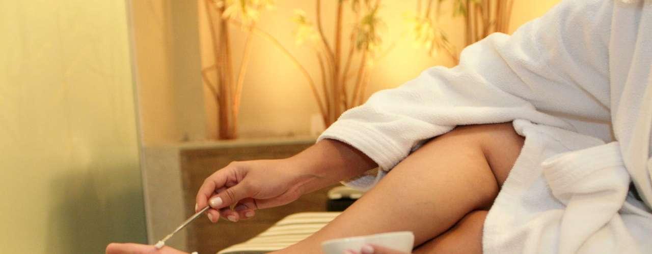 Certo: depois de usar a lixa, aplique esfoliante para remover o restante das células mortas e afinar a camada mais espessa da pele