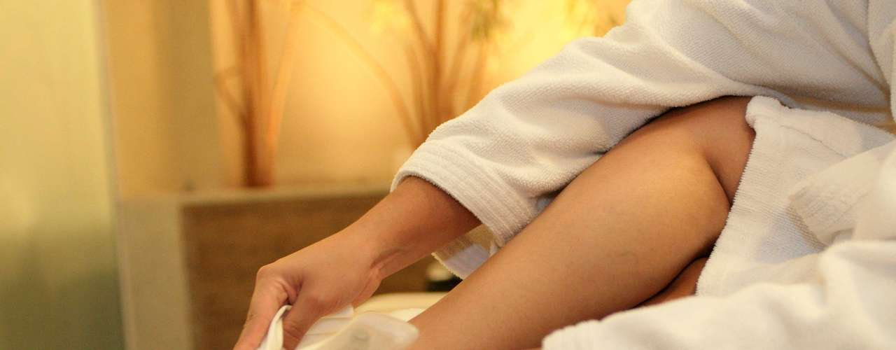 Certo: logo após a aplicação do esfoliante, enxágue os pés com borrifador de água. Em seguida, seque-os com toalha