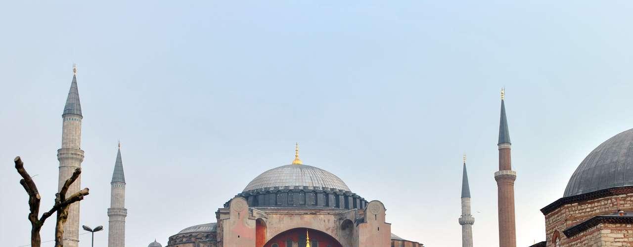 Considerado pelos historiadores a oitava maravilha do mundo, o Museu de Santa Sofia (Hagia Sophia) está localizado no bairro de Sultanahmet, em Istambul