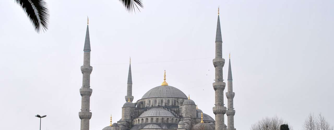 A Mesquita do Sultão Ahmed, conhecida também como Mesquita Azul, está situada à frente do museu de Santa Sofia