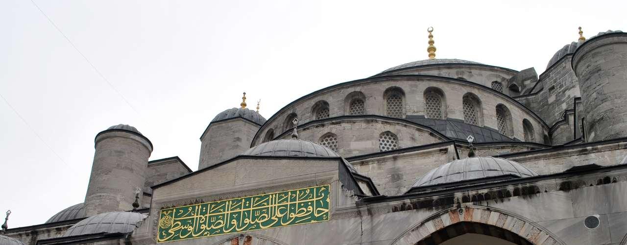 Ela foi construída no século XVII, pelo arquiteto Mehmet Aga, e é um dos principais marcos turísticos de Istambul