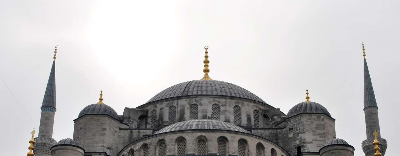 A Mesquita Azul é a única de Istambul que contém seis minaretes (torres), de onde os muçulmanos são chamados para as cinco orações diárias