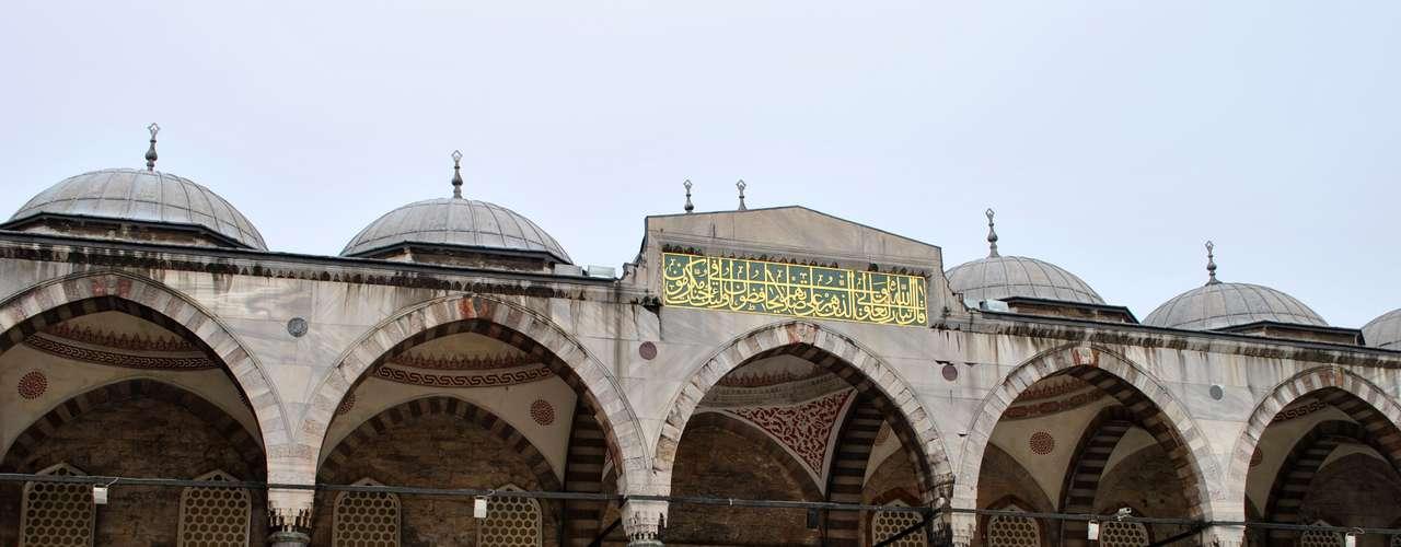 Na entrada da mesquita são entregues sacolas plásticas para que os visitantes retirem e guardem seus calçados