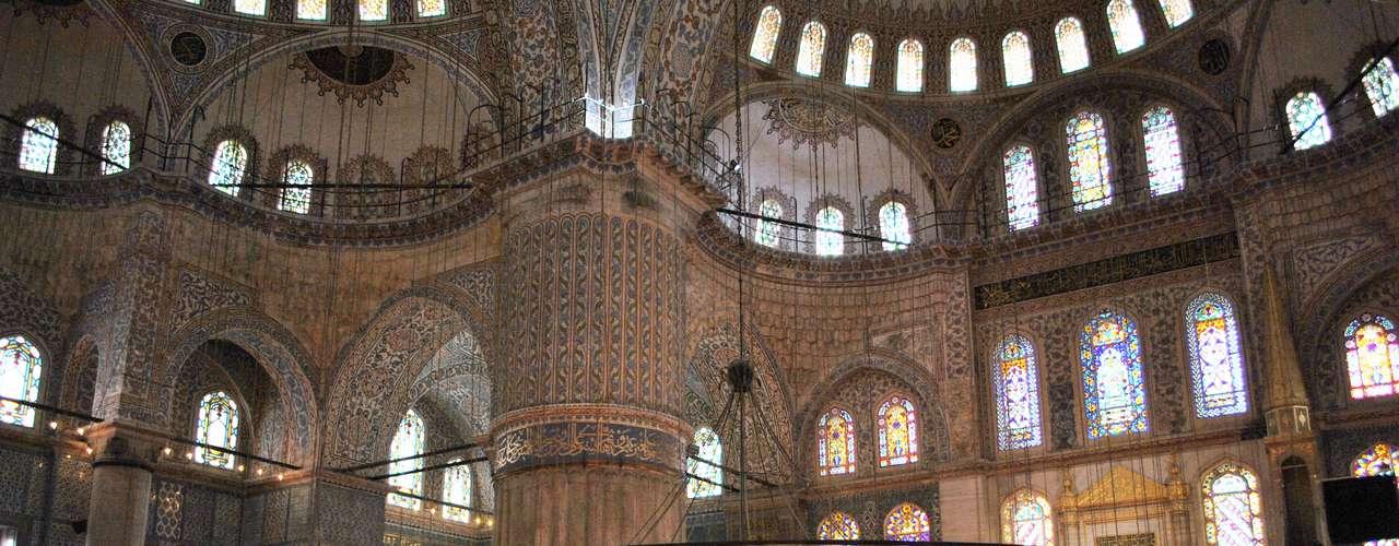A construção recebeu o nome de Mesquita Azul pelos azulejos de Iznik, os melhores de sua época, utilizados em sua decoração interior