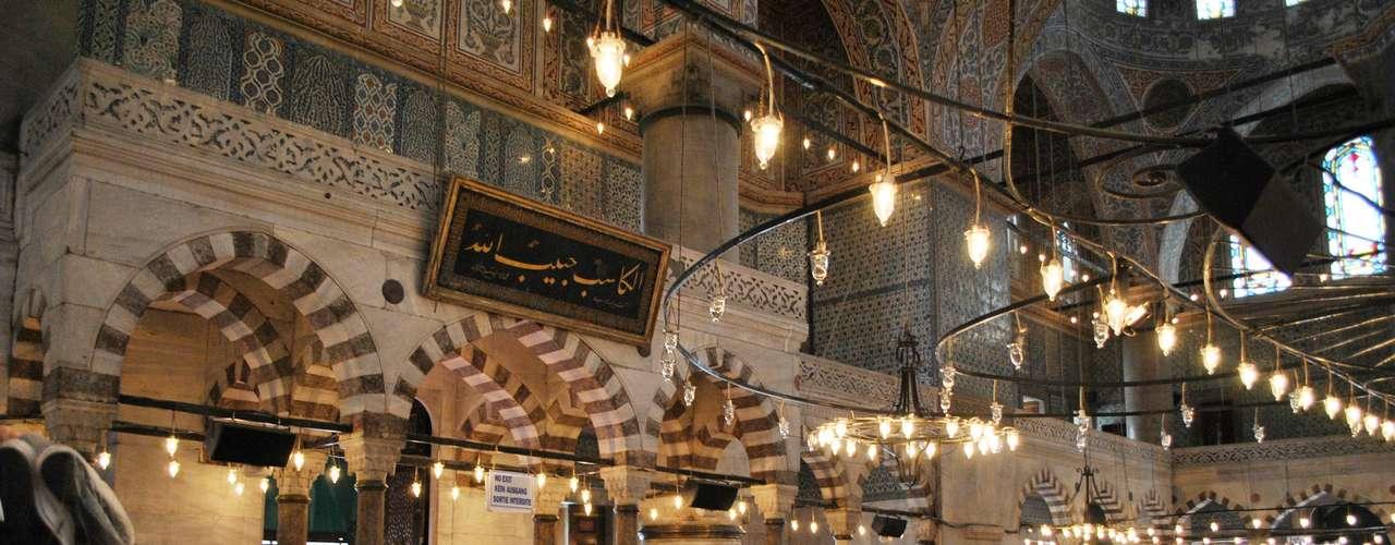 Ao todo, foram usados 21.043 inestimáveis azulejos para enfeitar as paredes da mesquita