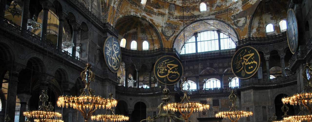 Entre os monumentos ainda existentes em Istambul, este é o mais importante da época bizantina e tem visita obrigatória, por sua arquitetura espetacular e belos exemplos de artes em mosaicos