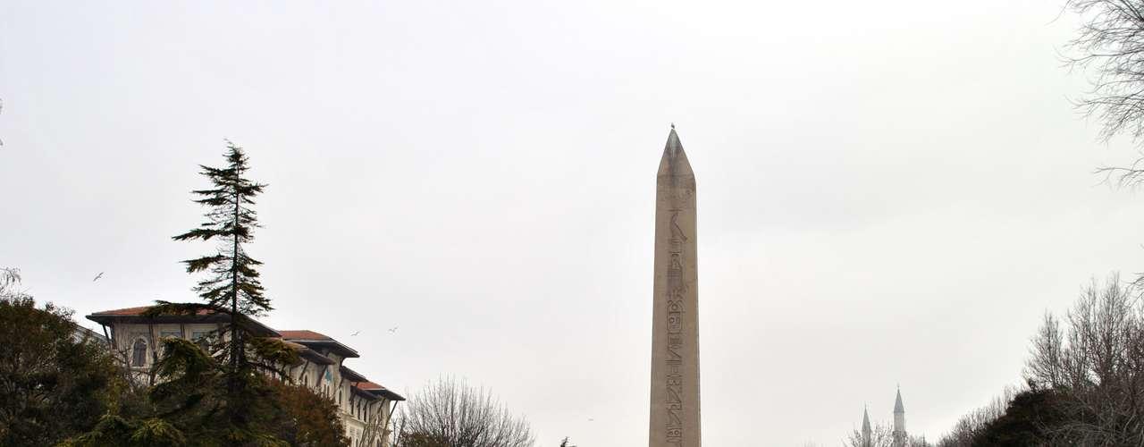 Perto da mesquita também encontra-se a Praça de Sultanahmet, onde estão a Coluna Serpentina e o Obelisco de Teodosio. O obelisco pertencia ao faraó Tutmosis III e foi levado com grande dificuldade do Egito à Turquia. Tanto que cortaram mais da metade da obra para transportá-la