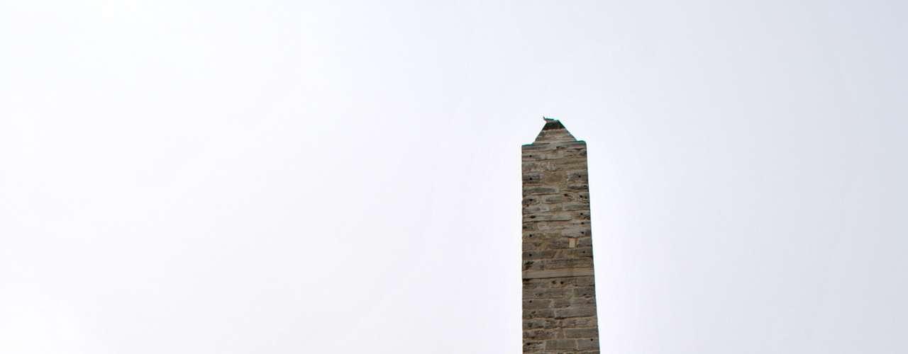 A Coluna de Constantino VII era coberta com placas de bronze em sua parte superior. No entanto, durante a Quarta Cruzada, o bronze foi fundido para fabricar armas e objetos de metal