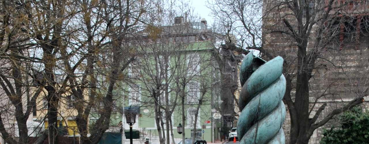 A Coluna Serpentina tem três serpentes entrelaçadas, onde existia uma caldeira em chamas em seu topo. Constantino acreditava que a coluna possuía forças místicas e protegeria a cidade das serpentes e dos insetos. Uma das cabeças encontra-se no Museu Arqueológico de Istambul