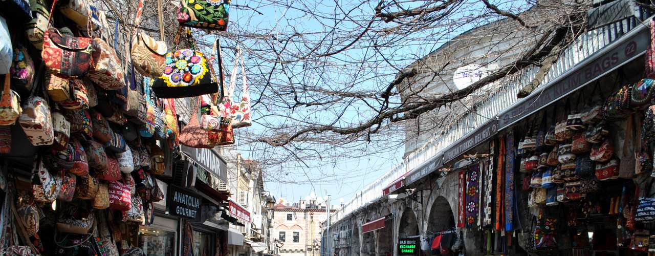 Nos arredores do Grande Bazar são encontradas lojas de souvenirs, sapatos, bolsas e tapetes