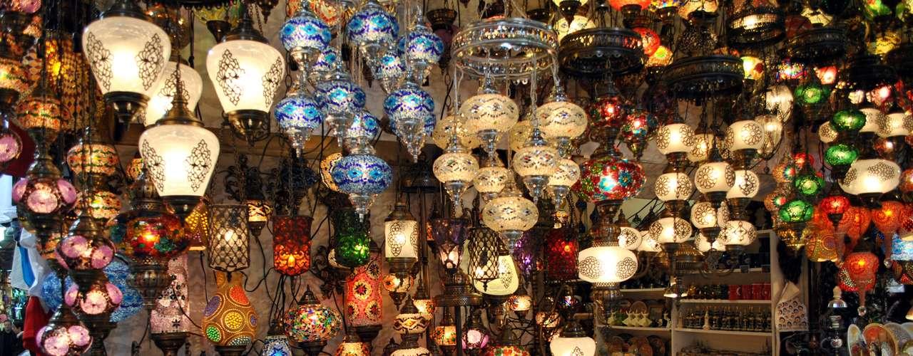 No complexo são encontrados diversos modelos dos típicos lustres e abajures feitos com mosaicos. Basta pechinchar para levar os produtos pelos melhores preços