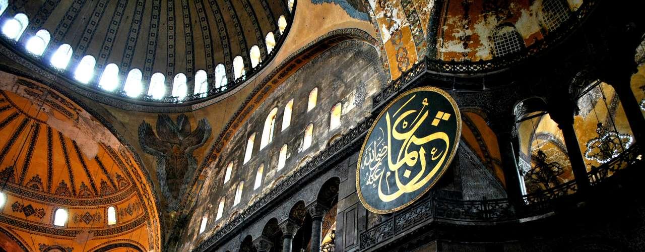Erguida entre 532 e 537 d.C como basílica, Santa Sofia foi transformada em mesquita no ano de 1453, quando os otomanos tomaram Constantinopla (em 1930 a cidade passou a se chamar oficialmente Istambul). Desde 1935, até os dias de hoje, lá encontra-se um museu