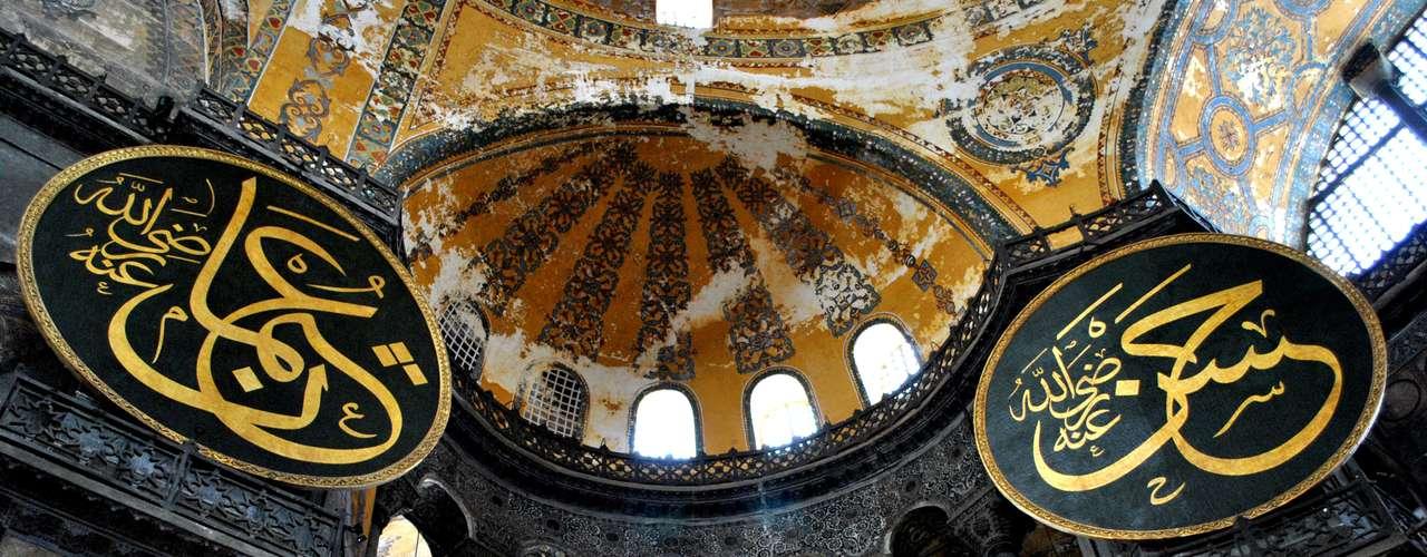 O interior do monumento é decorado com mosaicos e pilares de mármore, estes trazidos de antigos edifícios de Anapólia, região da porção asiática da turquia