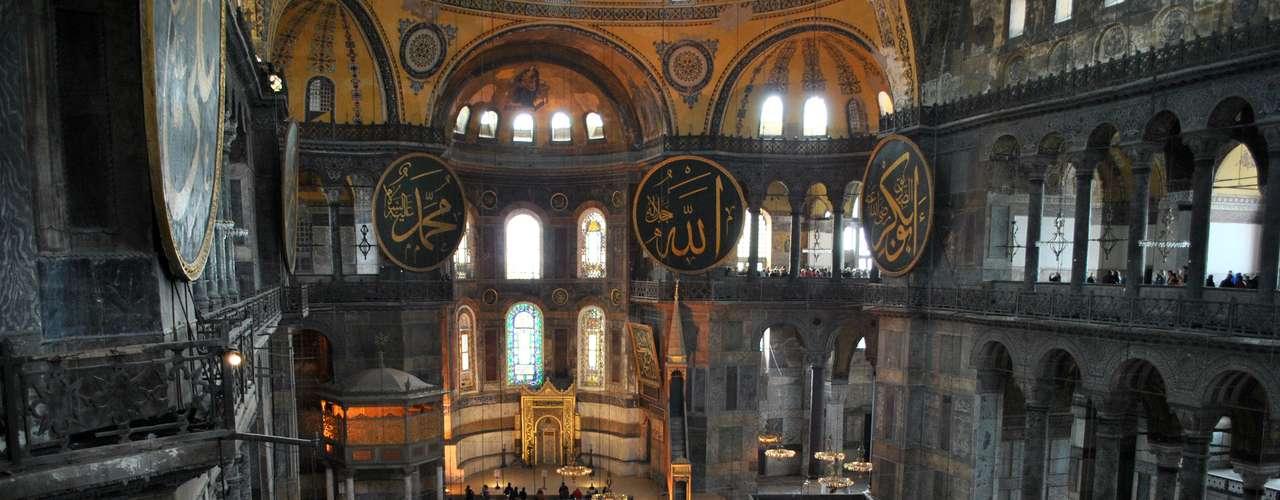 Santa Sofia é resultado de uma ordem de Justiniano: construir um edifício superior ao Templo de Solimán, conhecido por suas dimensões gigantescas
