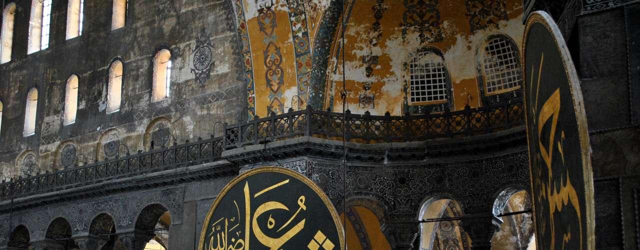 Quatro medalhões foram instalados no interior de Santa Sofia pelos arquitetos Gaspare e Giuseppe Fossati, no século XIX, com o nome de Maomé e dos primeiros califas do Islã