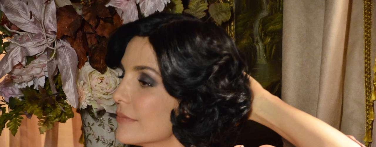 Maria Machadão (Ivete Sangalo) é a rainha do local. A soberania está não só na postura dela como nas vestimentas: \
