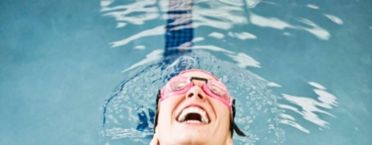 Se quiser músculos, foque no ritmo: escolha, entre os estilos de nado, o que mais lhe agrada e satisfaz suas necessidades. O freestyle é ótimo para tonificar os músculos, o nado peito trabalha pernas e glúteos, enquanto o nado borboleta fortalece os membros superiores e o peitoral. Durante os treinos, reveze as modalidades e alcance resultados incríveis