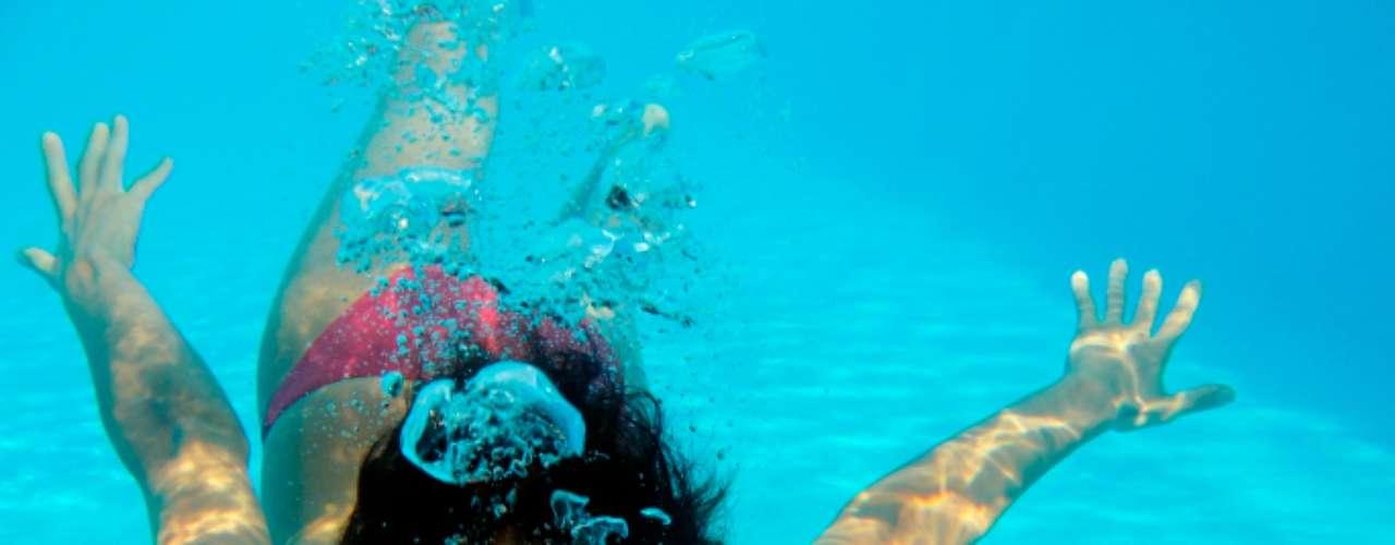 Se quiser velocidade, foque na respiração: aumentar a frequência da respiração pode diminuir sua velocidade na piscina. O ideal é que inspire todo o ar possível quando você sobe à superficie e, durante o mergulho, sob a água, liberá-lo aos poucos