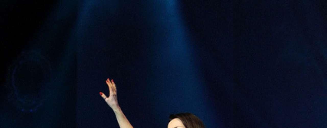 Para Cláudia esse look usado durante a turnê do CD Manuscrito já mostra que a cantora está mais antenada a tendências da moda. Para ela a mistura entre a saia rodada retrô e o bolero e a camiseta colorida, que são artigos mais atuais funcionou bem. \