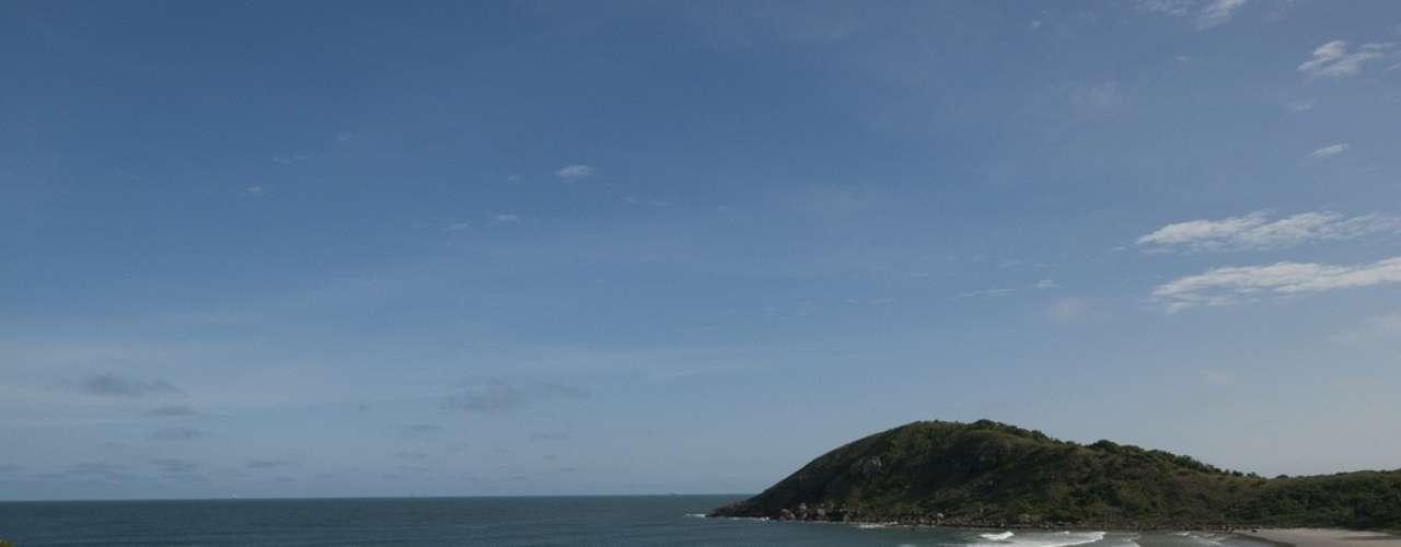 Ilha do Mel, PR: situada a 4 km do litoral do Paraná, a Ilha do Mel tem 90% de sua área protegida como Reserva da Biosfera e Patrimônio da Humanidade da UNESCO. A ilha tem praias com águas límpidas ideais para mergulho e trilhas em meio à vegetação da mata atlântica, que a tornam ideal para encontrar a natureza em seu estado puro. De barco, o acesso à ilha é feito desde as cidades de Paranaguá ou Pontal do Paraná