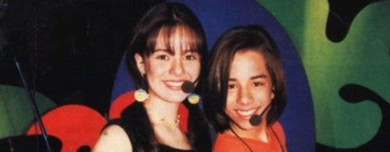 Em 1998, o repertório da dupla que Sandy formava com o irmão Junior era voltado ao público infantil. O estilo era mais country, influência sertaneja de seu pai, Xororó. Confira a evolução de estilo da cantora, comentada pela consultora de moda Renata Bala e Cláudia Manhães, do site Moda&Consultoria