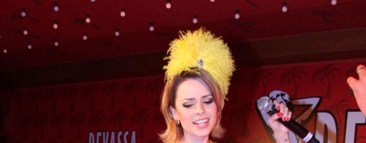 Como garota-propaganda da cerveja Devassa, Sandy participou do camarote da marca durante o carnaval. \