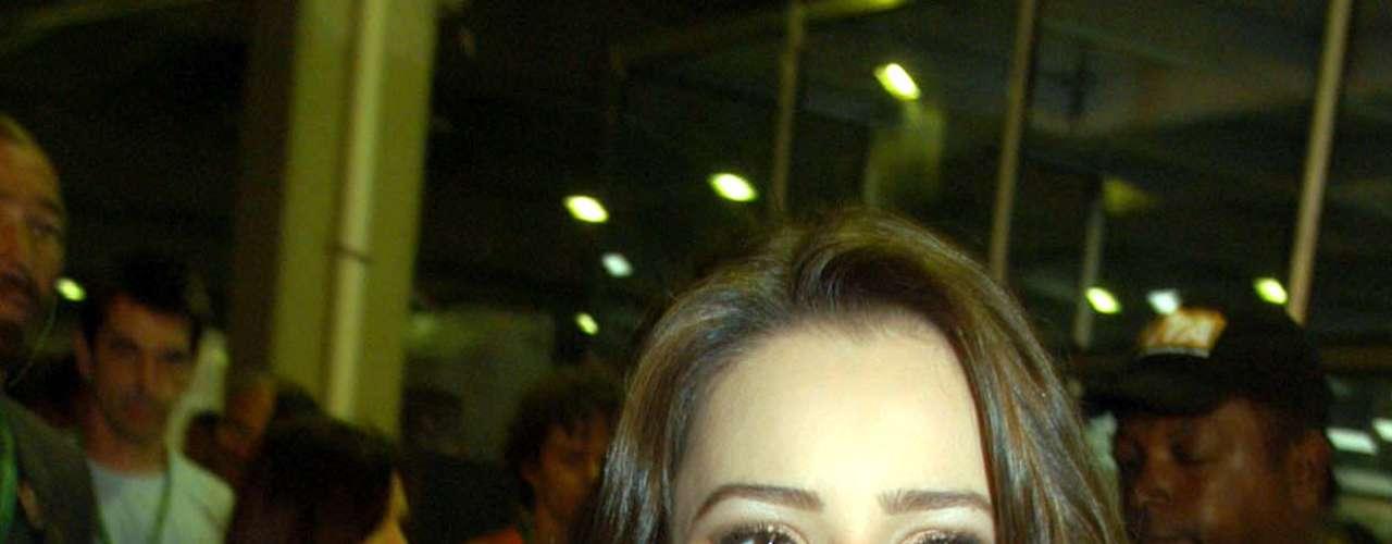 A participação na novela 'Estrela Guia' parece ter deixado marcas no armário de Sandy, que voltou a desfilar com looks românticos, agora com um toque hippie. Para Cláudia, esse look conseguia unir o romântico ao moderninho. \