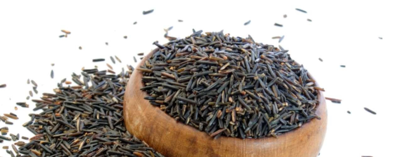 Selvagem: este, apesar do nome, não é bem um arroz, mas sim uma gramínea aquática típica dos Estados Unidos e Canadá. Os grãos são escuros e se destacam pelo comprimento. Utilizado em pratos sofisticados, atrai pela sua aparência, sabor e aroma marcante, que lembram o das ervas