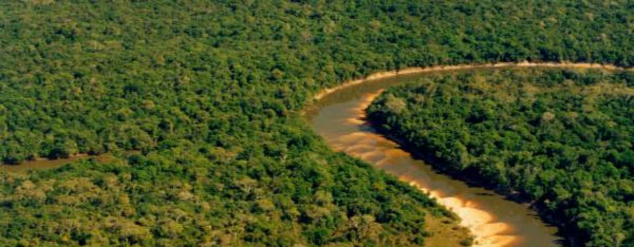 Ilha do Bananal, TO: maior ilha fluvial do planeta, com mais de 20 mil quilômetros quadrados de extensão, a Ilha do Bananal situa-se no sudoeste do estado do Tocantins, na divisa com o Mato Grosso e Goiás. A ilha é formada pelos rios Araguaia e da Morte e é considerada como Reserva da Biosfera da UNESCO pela sua grande diversidade de animais como onças-pintadas, botos e tartarugas-da-amazônia