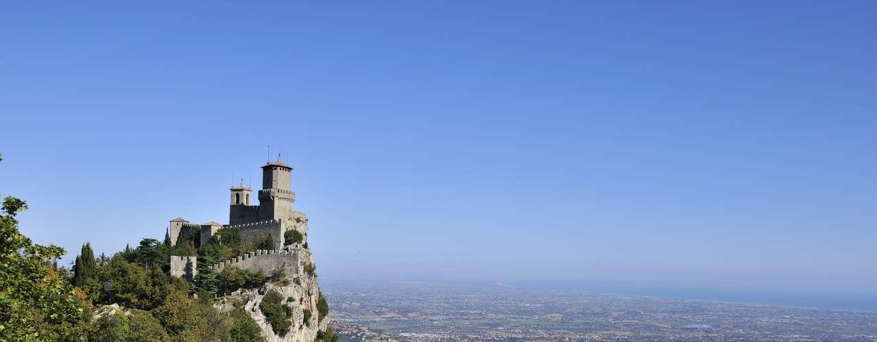 San Marino: pequeno  país de 61 km² totalmente envolto pela Itália, San Marino tem uma população de 30 mil habitantes. Situada sobre o monte Titano, a Cidade de San Marino, capital do país, preserva um interessante centro histórico com belos monumentos, além de paisagens montanhosas