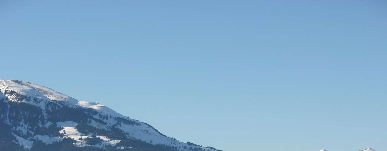 Liechtenstein: cercado pela Suíça e pela Áustria, o Principado de Liechtenstein é considerado um dos países mais ricos do planeta. Com uma população de apenas 5 mil habitantes espalhados numa superfície de 160 km², Liechtenstein tem como capital a cidade de Vaduz, com belos castelos, paisagens pitorescas e um ambiente vibrante durante os meses do verão europeu. É um destino ideal para esquiar durante o inverno