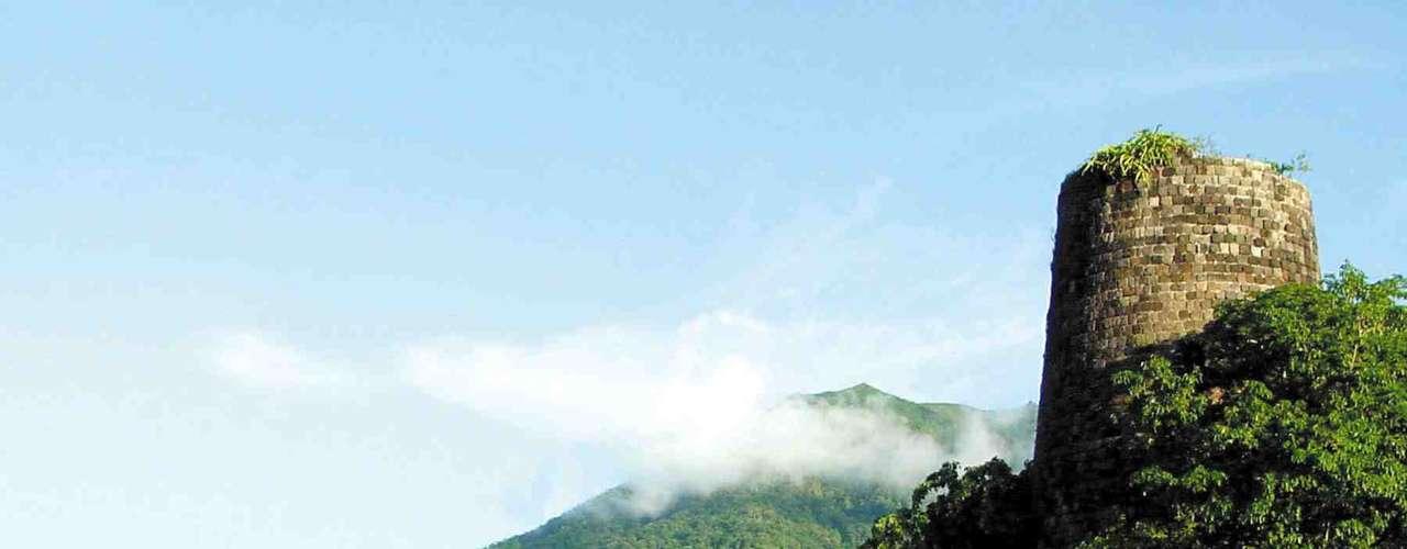 São Cristóvão e Nevis: formado por duas ilhas, o arquipélago de São Cristóvão e Nevis é o menor país das Américas, com uma extensão de 261 km ². Com belas praias, típicas do Caribe, e uma densa vegetação, as ilhas são perfeitas para curtir dias de sol sem encarar hordas de turistas, como em outros destinos da região