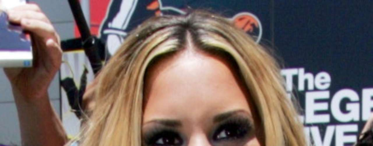 Cantora não dispensa uso de base, blush, corretivo e rímel para compor o look