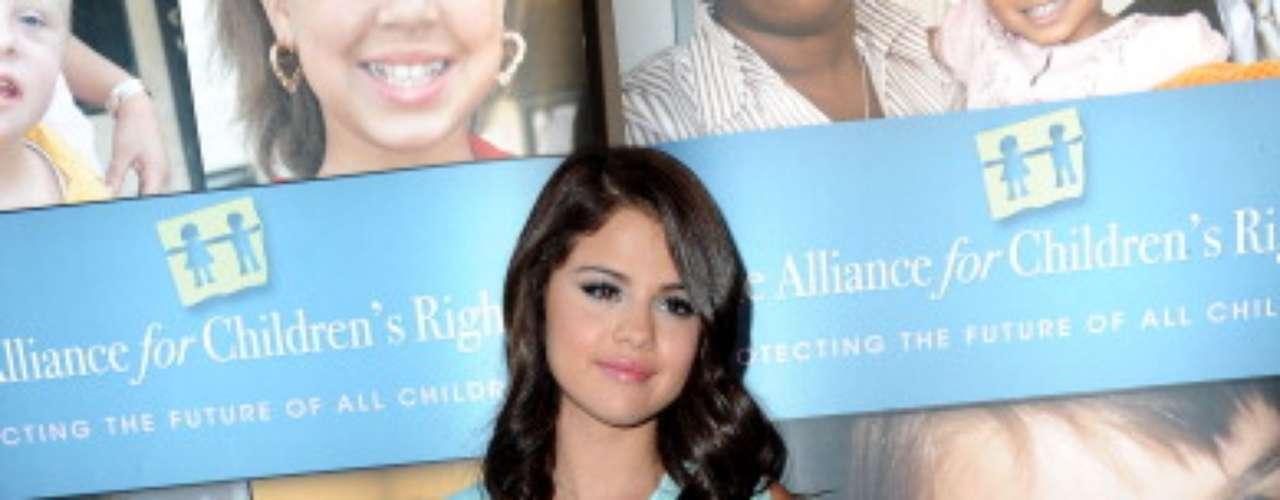 Selena bebe muita água para manter a hidratação natural do corpo