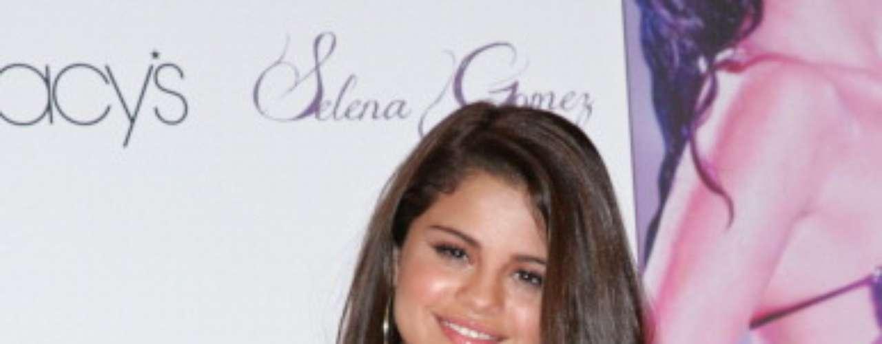 Selena usa o perfume de sua marca, feito com fragrâncias de baunilha, framboesa e frésia