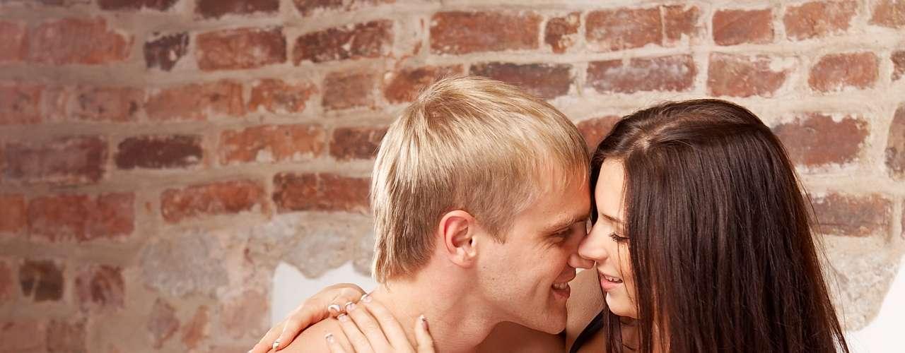 Faça com que ele tenha orgasmo antes da penetração: estimule o seu parceiro com a boca ou a mão até que chegue ao orgasmo. Como os homens demoram para recarregar as energias, deve durar mais tempo na segunda etapa da noite